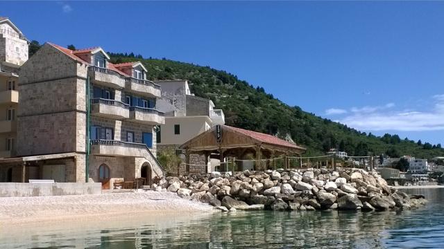 Luxusní vila Jure, Rozy