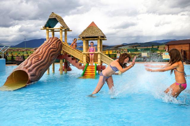 1099e816e ... Slovensko. Ráno příjezd k areálu Tatralandia s 28 tobogány, 14 bazény  se slanou, termální i čirou vodou a teplotou až 36°C. Celodenní pobyt, ...