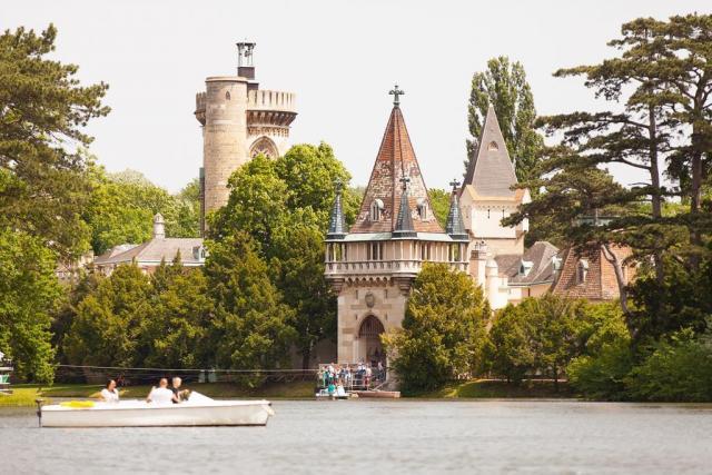 Kouzelný zámek Laxenburg, čokoládovna a plavba po podzemní jezeře