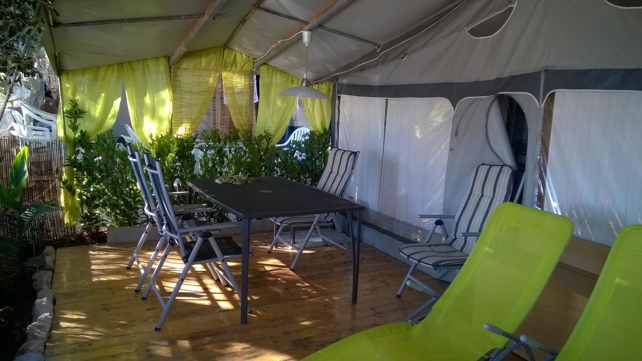 Luxusní karavan s představbou a sluneční terasou pro 6-8 osob